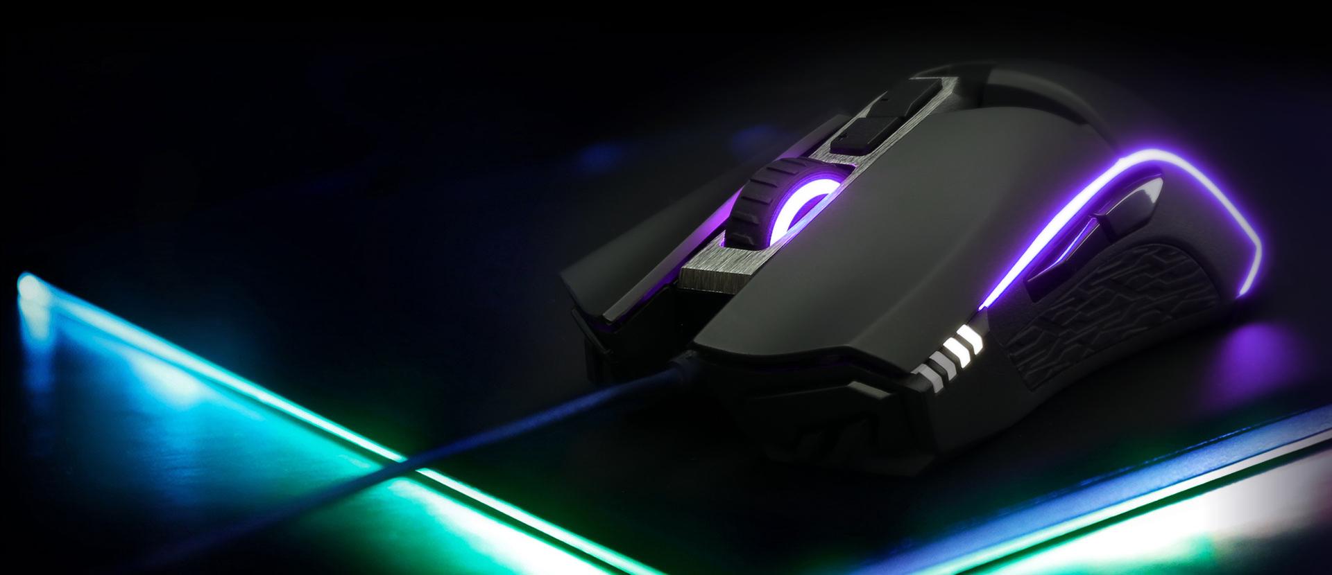 Megemlítendő még az 50 millió kattintásra hitelesített Omron kapcsoló használata, illetve az állítható súly is, hiszen a mellékelt súlyokat az egér aljába építhetjük be, így pedig 118 és 130,5 gramm közötti súlyt kaphatunk. A mai igényeknek megfelelően természetesen az RGB világítás sem maradt el, melynek hála a többi Gigabyte termékkel szinkronban használhatjuk majd a terméket.